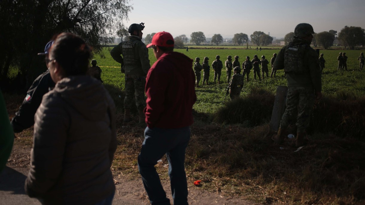 La zona de búsqueda está resguardada por militares. (Foto: EFE)
