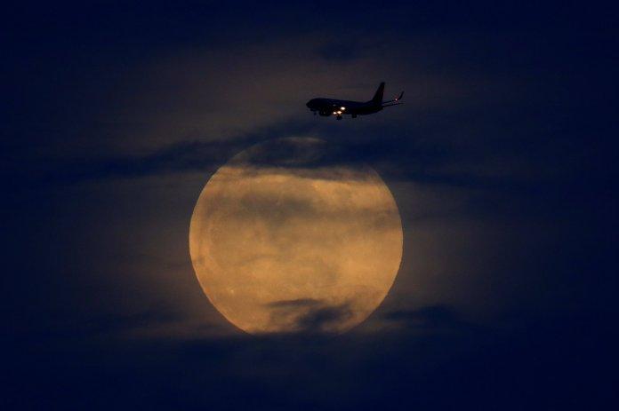 La superluna antes del eclipse en San Diego, California(REUTERS/Mike Blake)