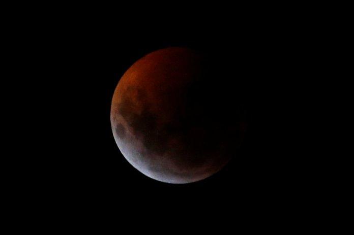 La luna desdeBogotá, Colombia(REUTERS/Luisa Gonzalez)