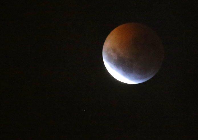 La luna vista desde La Paz, Bolivia(REUTERS/David Mercado)