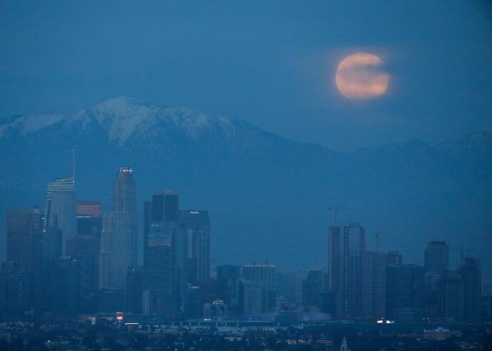 La superluna enLos Angeles (AP/Ringo H.W. Chiu)