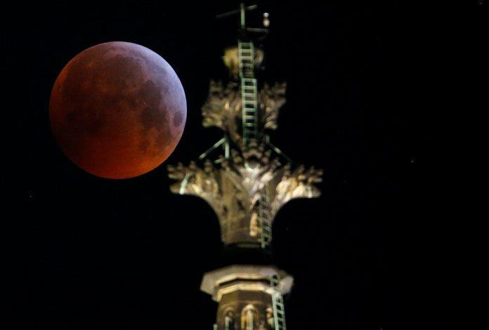 La luna detrás de la catedral de Colonia, en Alemania (REUTERS/Thilo Schmuelgen)