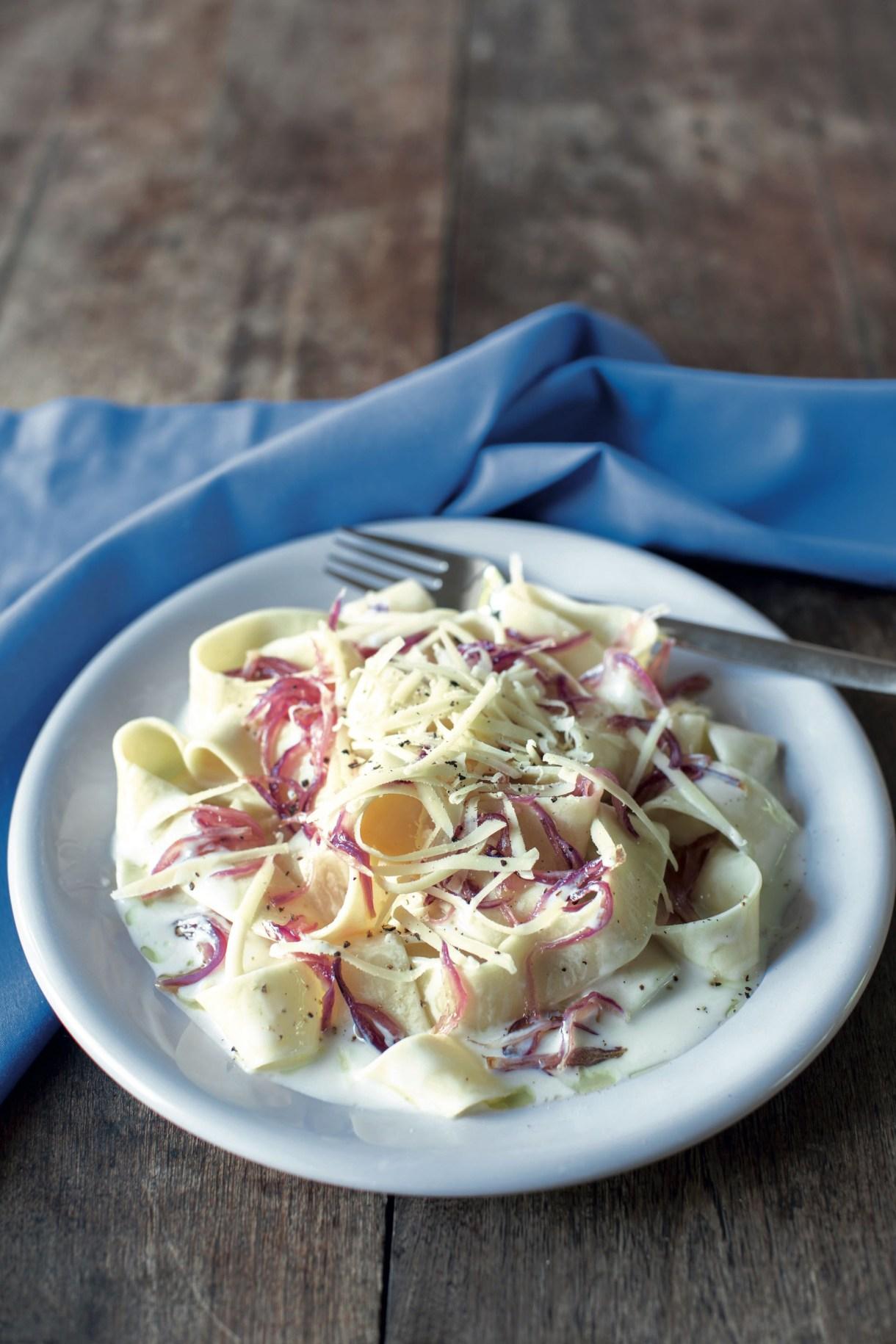 Para tener cebollas caramelizadas a mano es ideal hacer tres veces la receta, colocarlas en porciones en bolsitas y congelarlas. Se calientan en el momento de usar.