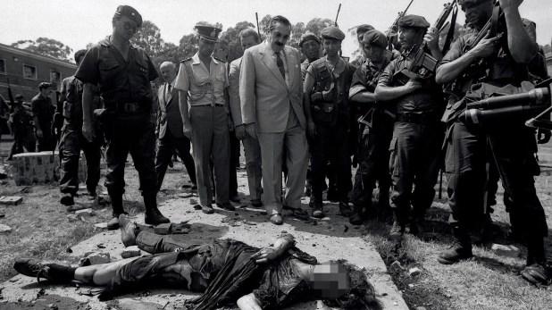 Raúl Alfonsín recorrió el Regimiento cuando aun sonaban disparos (Victor Bugge)