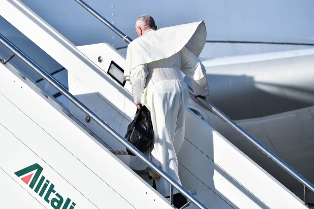 El Papa sube al avión que lo traslada a Panamá (AFP)