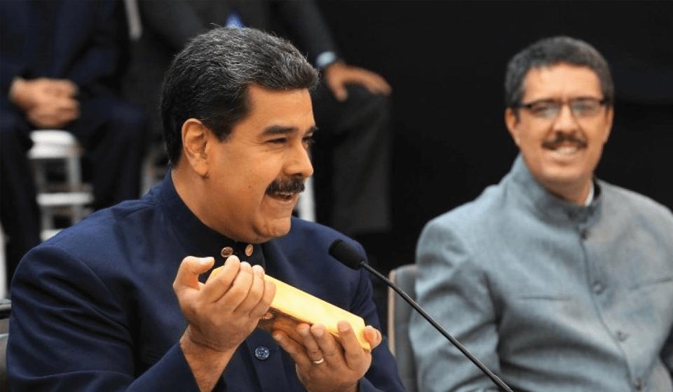 Nicolás Maduro presenta lingotes de oro en una reunión de ministros el 22 de marzo de 2018. Foto: Prensa Presidencial
