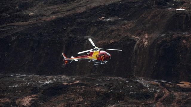 Un helicóptero de rescate sobrevuela la zona del colapso del dique en Minas Gerais (REUTERS/Washington Alves)