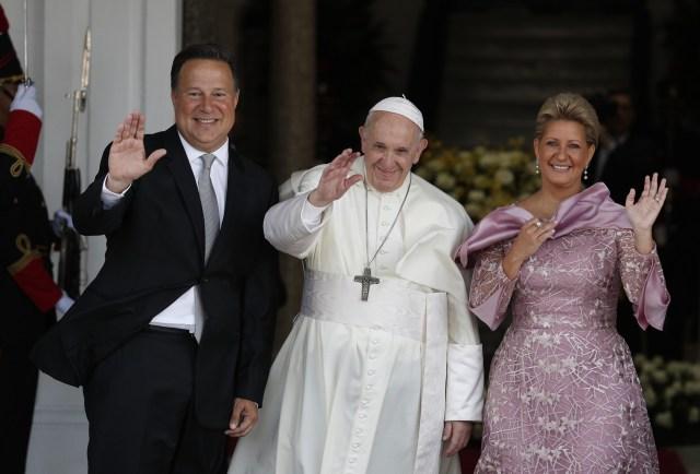 El presidente de Panamá, Juan Carlos Varela, el papa Francisco y la primera dama Lorena Castillo, saludan desde la entrada del palacio presidencial en la ciudad de Panamá, el jueves 24 de enero de 2019.