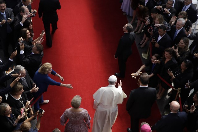 El presidente de Panamá, Juan Carlos Varela, derecha, y la primera dama, Lorena Castillo, el Papa Francisco llega a la sede del ministerio de relaciones exteriores Palacio Bolívar, en la ciudad de Panamá, el jueves 24 de enero de 2019.