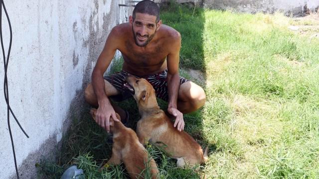 Hombre gato entre perros: Pereg en su casa de Mendoza (Télam)