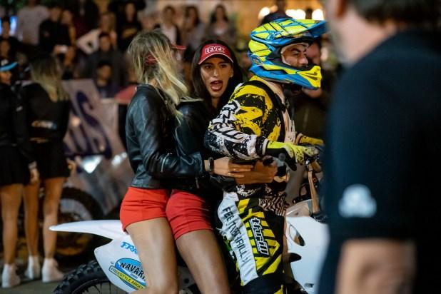 Las promotoras se dieron el gusto y fueron a pasear en moto con los pilotos del rally