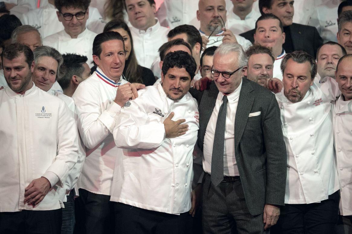 El 21 de enero, Colagreco recibió su tercera estrella Michelin. En la foto lo abraza Alain Ducasse, con quien trabajó en Plaza Athénée de París.