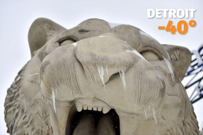 Formaciones de hielo sobre la estatua de los Detroit Tigers, frente al Domencia Park en el centro de Detroit, donde la sensación térmica cayó a -40°C.