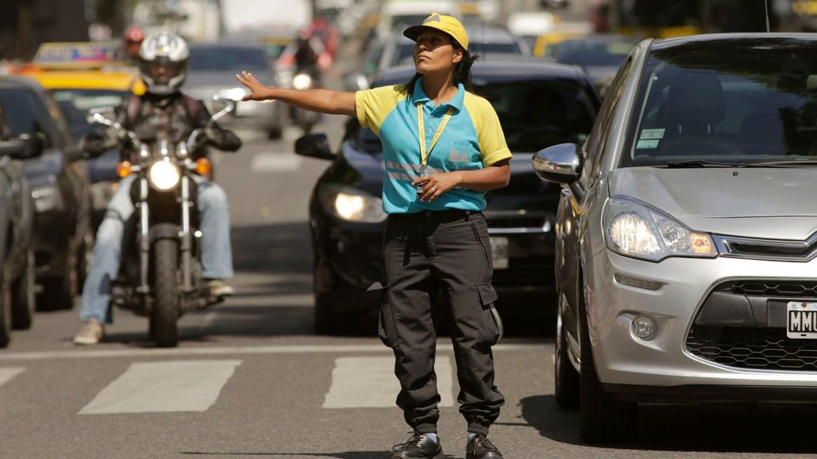 En zonas de obras, los agentes dirigen el tránsito para que no haya mayores complicaciones