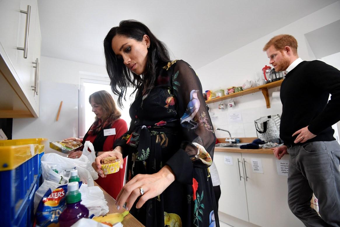 La duquesa colaboró cocinando cupcakes para una fundación, ante la atenta mirada de su esposo