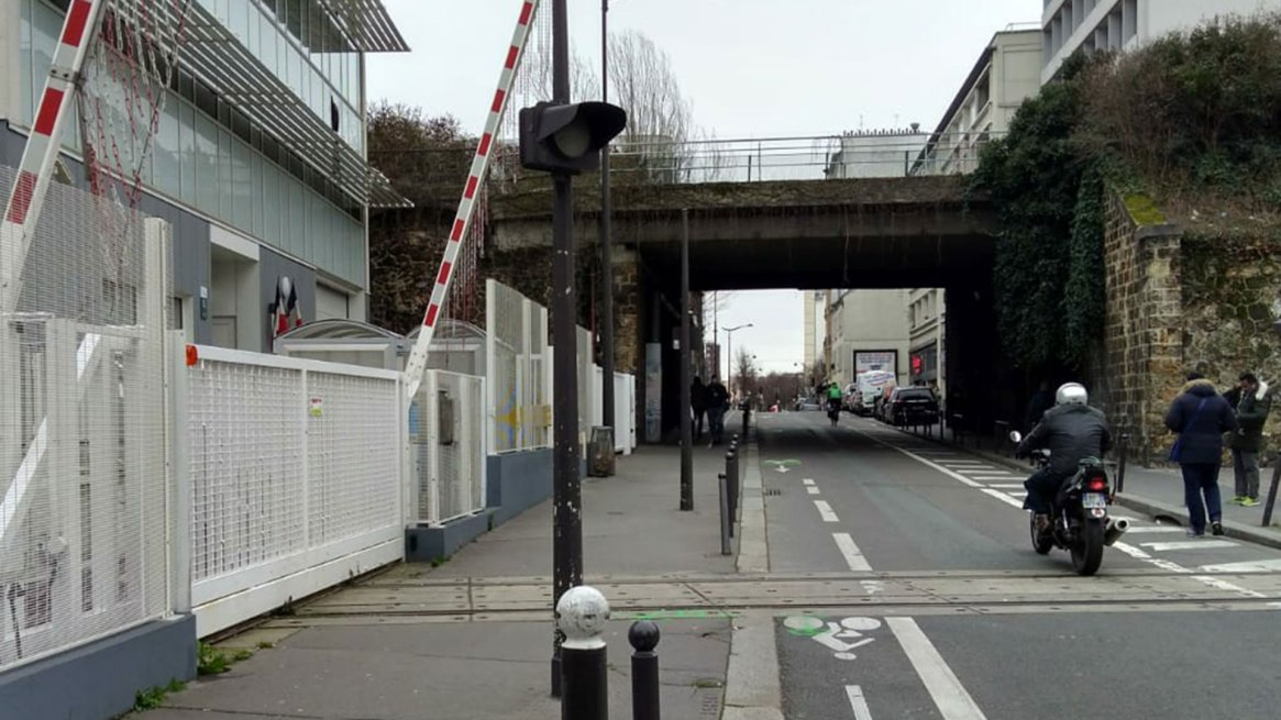 El último paso a nivel de París: es para la vía que lleva los trenes hacia el taller de revisión