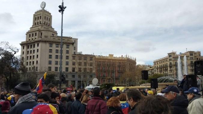 En Barcelona, salieron cientos de venezolanos a las calles (@amir_richani)
