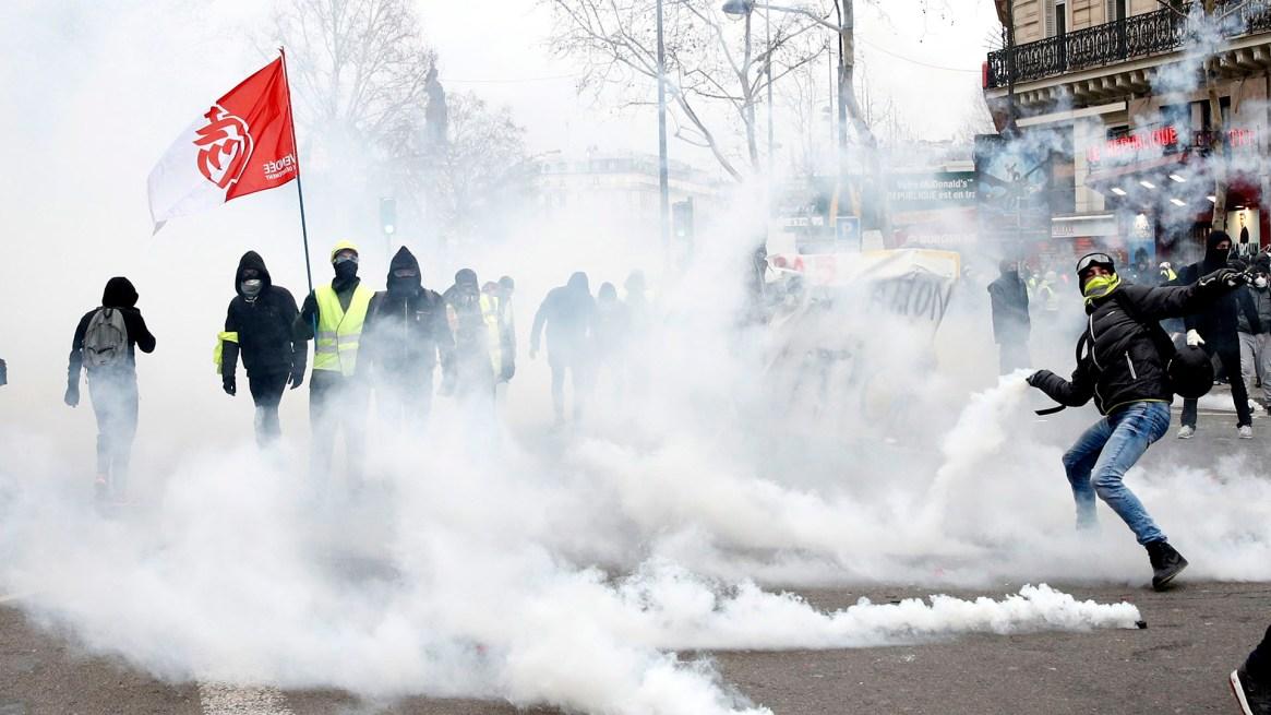 La policía lanzó gases lacrimógenos a los manifestantes(EFE/EPA/YOAN VALAT)