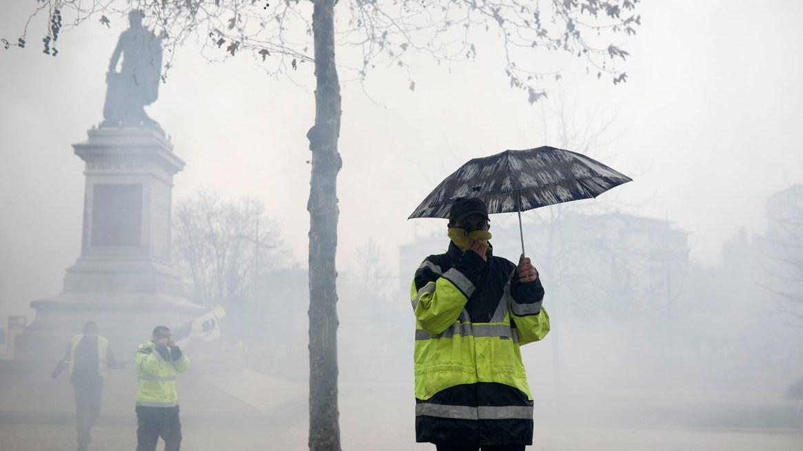 Rostros tapados por el gas lacrimógeno(AP Photo/Kamil Zihnioglu)