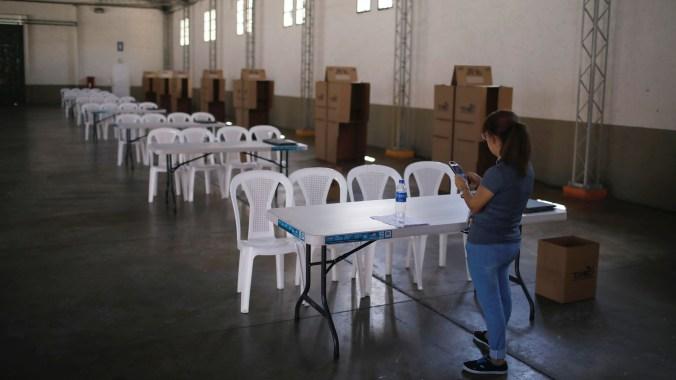 Un centro de votación listo para recibir a los electores (REUTERS/Jose Cabezas)