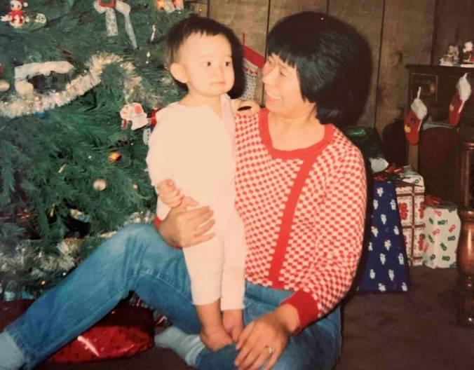 Bobby y su madre Myoung Whitt,en Navidad de 1989, cuando todavía vivían en Ohio