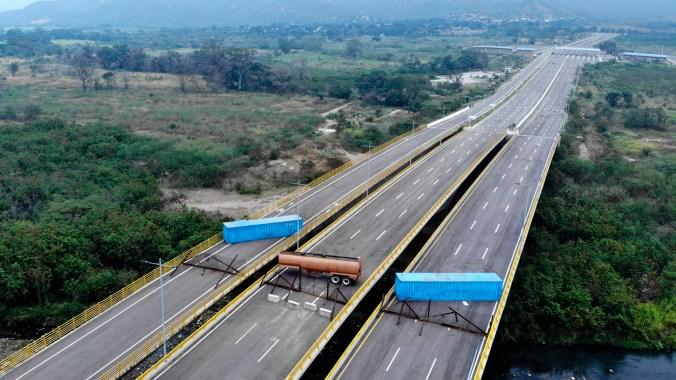 Vista aérea del Puente Tienditas, en la frontera entre Cúcuta, Colombia y Táchira, Venezuela, después de que las fuerzas militares venezolanas lo bloquearon con contenedores (Foto por EDINSON ESTUPINAN / AFP)
