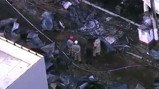 Bomberos trabajan en el lugar tras apagar el incendio