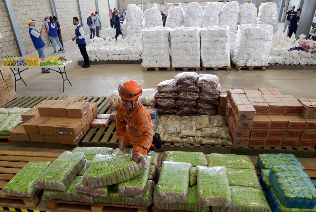 Toneladas de ayuda humanitaria que permanece en Colombia.(Photo by Raul Arboleda / AFP)