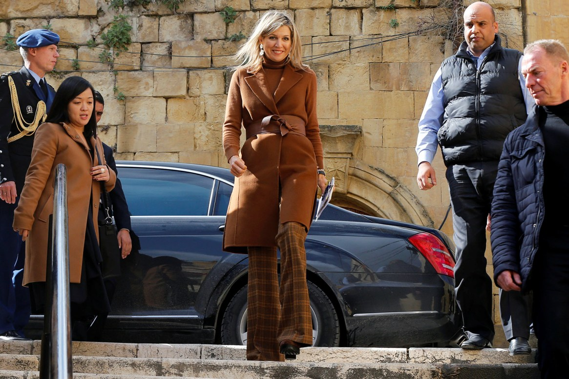 Vestida con una perfecta combinación de tonos marrones, la reina brilló con un chaleco habano, una polera y pantalones Oxford a cuadros