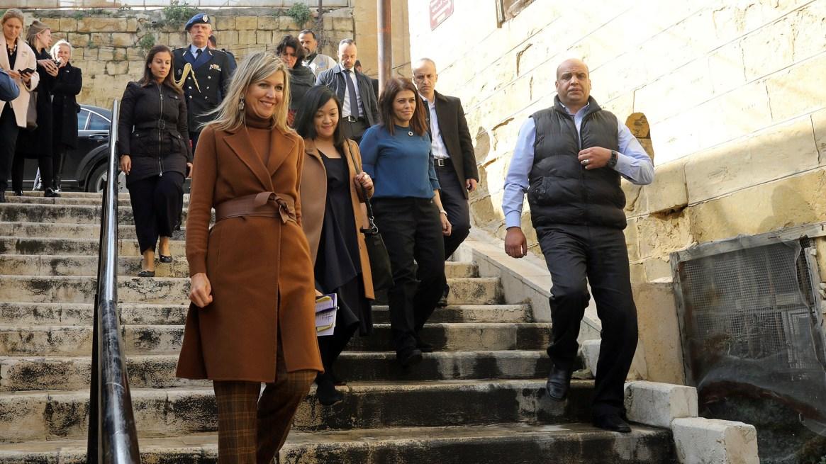 Tras bajar del auto oficial y con un fuerte operativo de seguridad, la reina desciende las escaleras con una gran sonrisa