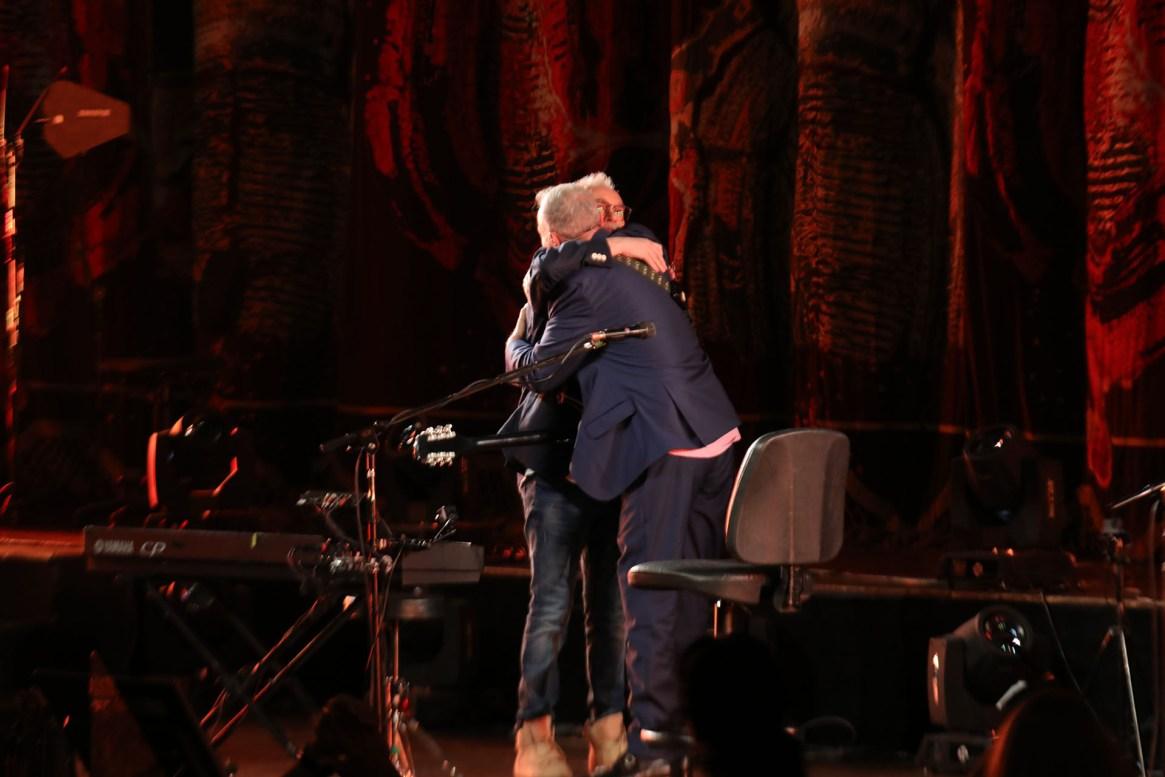 El saludo de David Lebón y Pedro Aznar en el Teatro Colón (Christian Bochichio)