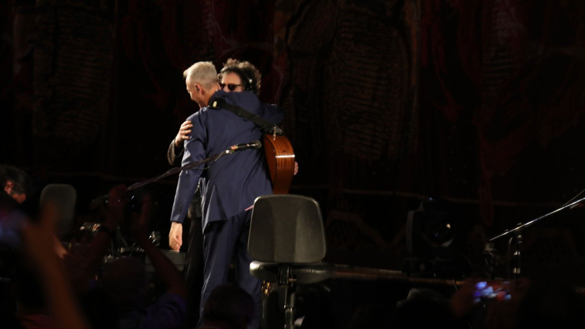 El saludo de Charly García con Pedro Aznar en el escenario del teatro Colón (Fotos: Christian Bochichio/Teleshow)