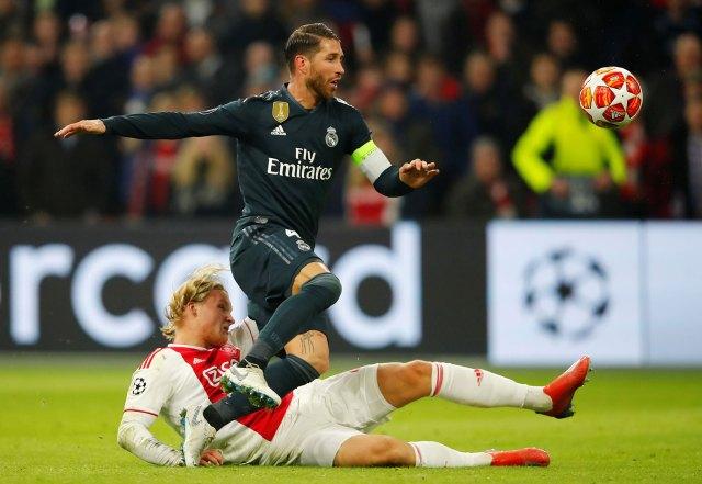 Sergio Ramos admitió haber buscado la cartulina amarilla en el duelo ante Ajax (Reuters)