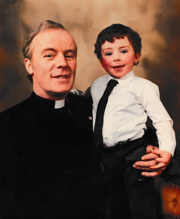 John J. Doyle, de Longford, Irlanda, sostiene en sus brazos a Vincent, el hijo que nunca reconoció