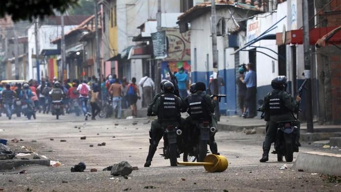 Las imágenes muestran cómo las fuerzas chavistas intentan frenar a la multitud que busca ayuda humanitaria (Reuters)