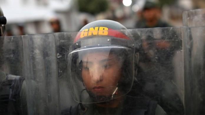 Una miembro de la Guardia Nacional Bolivariana con la mirada perdida durante las manifestaciones en Ureña (Reuters)
