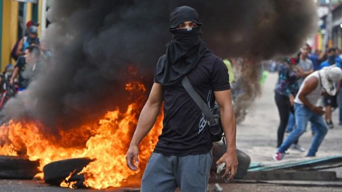 Los venezolanos se enfrentan a guardias nacionales en la ciudad fronteriza de Ureña luego de que el gobierno de Maduro ordenara cerrar temporalmente la frontera con Colombia este 23 de febrero de 2019 (AFP)