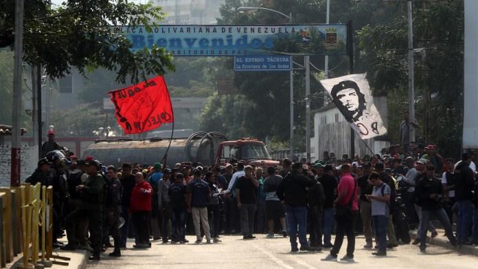 En las cercanías de los puentes fronterizos entre la ciudad colombiana de Cúcuta y Venezuela centenares de personas esperan las instrucciones para ingresar la ayuda humanitaria a su país, como está previsto que ocurra hoy (EFE)