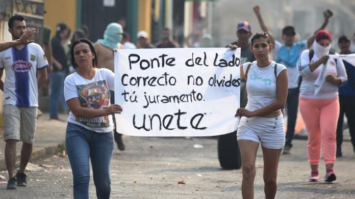 Los venezolanos realizaron una protesta en la ciudad fronteriza de Ureña, Tachira, luego de que el gobierno del dictador NIcolas Maduro ordenara el cierre temporal de la frontera con Colombia (AFP)