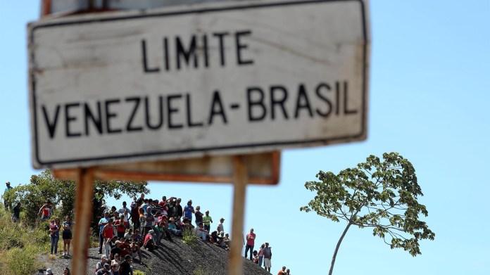 La gente se acerca a la frontera entre Venezuela y Brasi en la ciudad de Pracaima (Reuters)