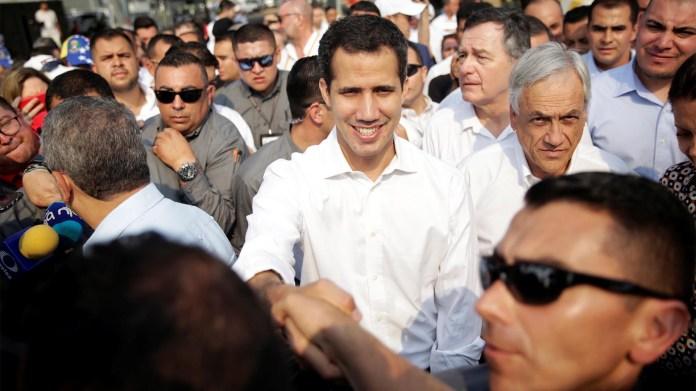 El líder de la oposición venezolana Juan Guaido, que muchas naciones han reconocido como el legítimo presidente interino del país y el de Chile, Sebastián Piñera, llegan al área de un depósito donde se ha recibido ayuda humanitaria para Venezuela en Cúcuta (Reuters)