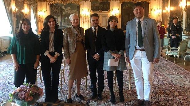 La reina se sacó una foto con los periodistas argentinos que la entrevistaron en Copenhague, entre los que estuvo Infobae.