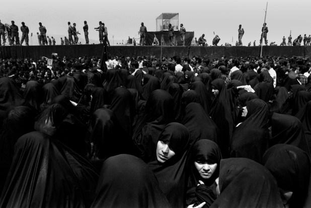 Mujeres rezan en la plaza Masala donde reposa el cuerpo del Ayatollah Khomeini, en Irán, en junio de 1989