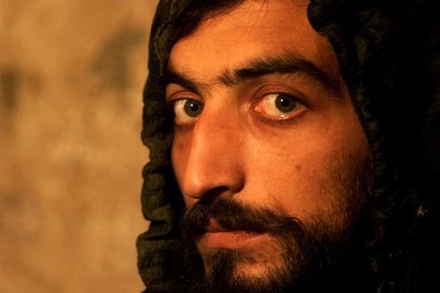 La mirada de un prisionero paquistaní acusado por vínculos talibanes en una cárcel de Kabul, en noviembre de 2001