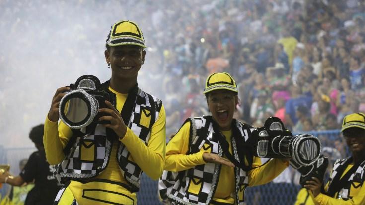 Miembros de la escuela Sao Clemente, disfrazados de fotógrafos (REUTERS/Sergio Moraes)