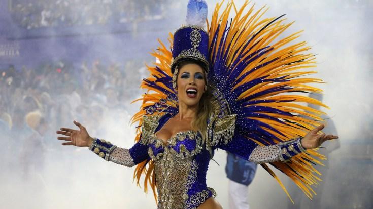 Una de las integrantes de Vila Isabel baila y desfila en el sambódromo (REUTERS/Sergio Moraes)