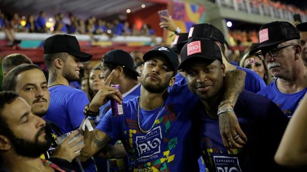 Neymar estuvo Carnaval de Río pese a que se recupera de una lesión (AP)