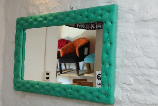 Los espejos también forman parte del catálogo de Jazmeen Deco. También cuenta con sillas y todo tipo de mesas.Ahora está ideando una línea de zapatos, carteras y pantuflas.