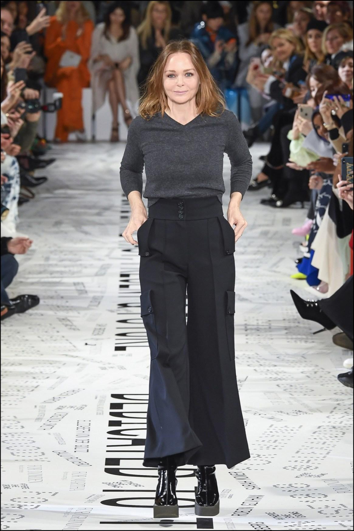 Stella McCartneyen la pasarela después de la presentación de su nueva colección en París.
