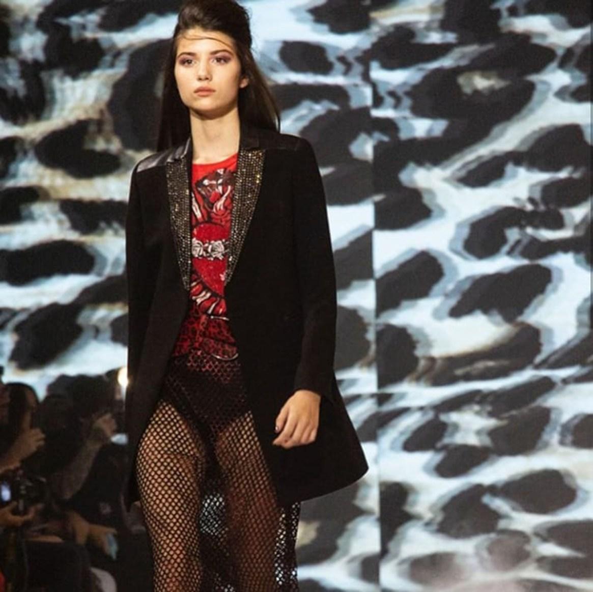 Pia Exner en su pasada sobre la runway de Kosiuko